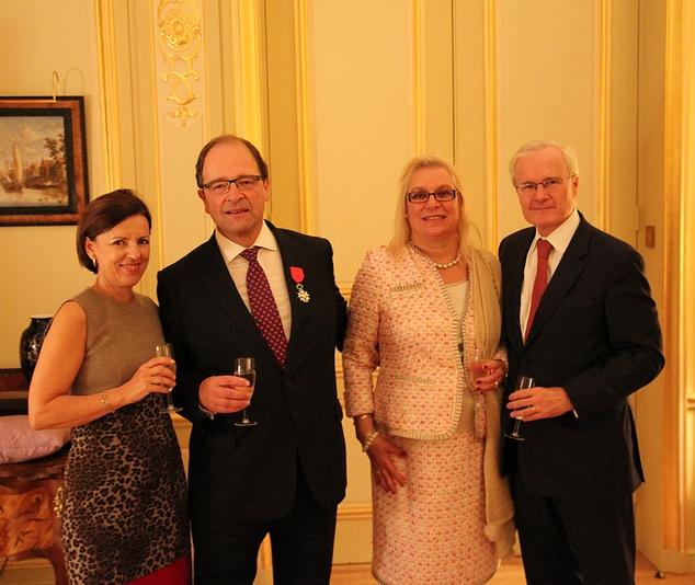 Entourés par Isabelle Emié et Bernard Emié, ambassadeur de France au Royaume-Uni, Jeremy Burton arbore sa Légion d'honneur à coté de son épouse Martine