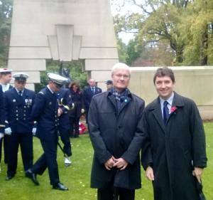 Bernard Emié, ambassadeur de France, et Olivier Cadic au cimetière de Brookwood, devant le monument où figurent les noms des 226 Français Libres, aviateurs, marins et soldats