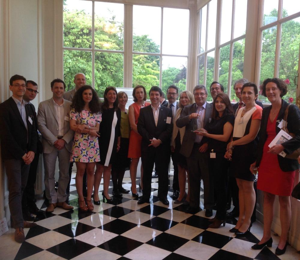 Olivier Cadic au milieu de lauréats 2104 de Graine de boss et The New Sparks, à l'ambassade du Royaume-Uni, le 20 mai 2014.  Sur sa gauche, on reconnaitra Patricia Connell et Stéphane Rambosson.