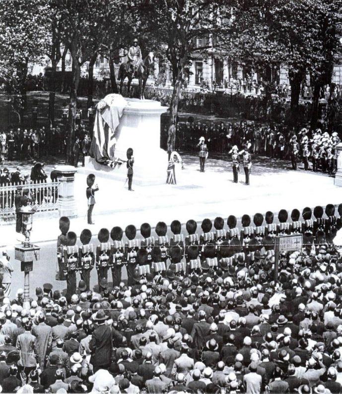Inauguration officielle de la statue de Ferdinand Foch, en 1930 à Grosvenor garden, en présence de la veuve du maréchal et de ses deux filles, elles-mêmes veuves de guerre. On voit le prince de Galles remonter la garde et venir les saluer.