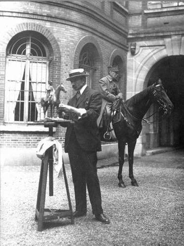 Georges Malissard ébauchant la statue du maréchal Foch, à cheval derrière lui !