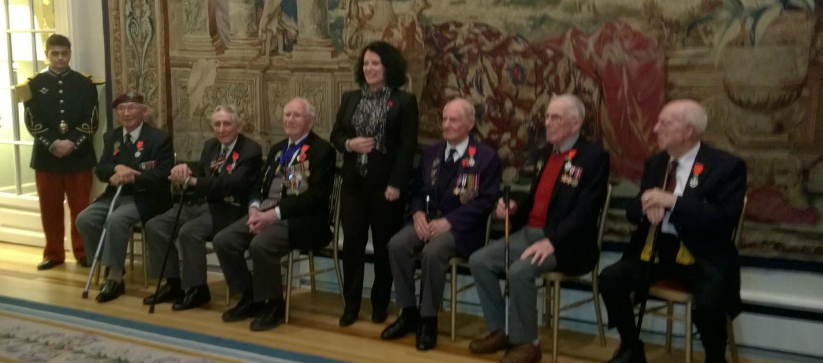 Sylvie Bermann, ambassadeur de France au Royaume-Uni, a remis les insignes de Chevalier de la Légion d'Honneur à six vétérans britanniques de la Seconde Guerre mondiale