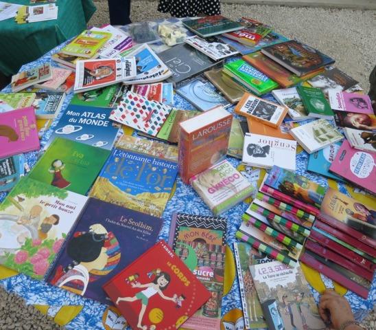 Une table de livres offerts par Adiflor