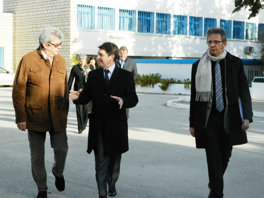 Bernard Vasseur, proviseur du lycée Gustave Flaubert, la Marsa ; Olivier Cadic et Laurent Beugnies, directeur administratif et financier
