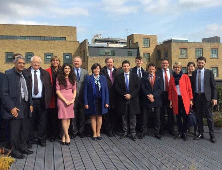 Sur les toits de Londres, la délégation et l'équipe d'Ekimetrics UK, dans le quartier effervescent de Shoreditch au cœur des Digital Tech. Nous avons été accueillis par Quentin Michard, son directeur général (tout à droite de l'image). Ekimetrics emploie 7 consultants, ils en prévoient une centaine d'ici fin 2015 !
