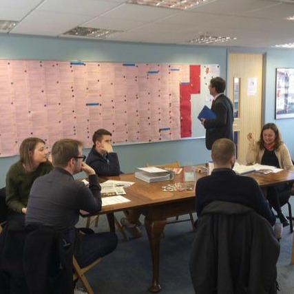 Avant de repartir, la délégation a visité le centre Charles Péguy de Londres qui trouve du travail à un millier de nos jeunes compatriotes, chaque année. On voit le tableau des offres.