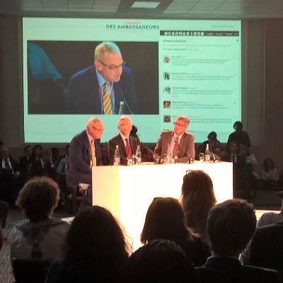 Table ronde sur la gestion des crises : Patrice Paoli, directeur du centre de crise et de soutien, s'exprime devant Marc Barety, ambassadeur de France en Irak et Jean-Marc Grosgurin, ambassadeur de France au Yémen.