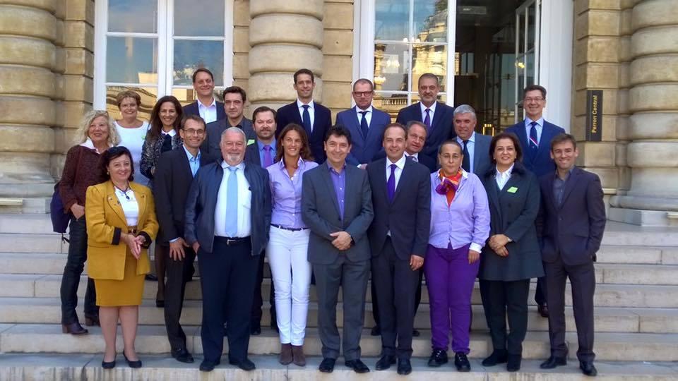 Sur les marches du palais du Luxembourg, le Conseil de l'UDI-Monde autour de Jean-Christophe Lagarde
