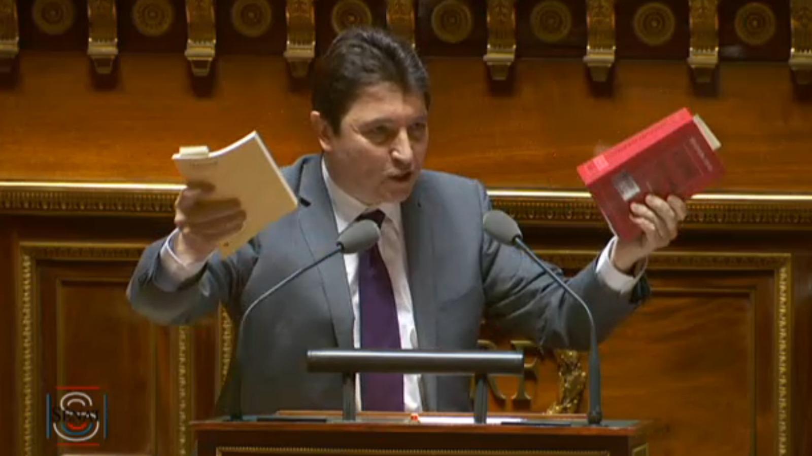 """""""Chaque matin, 180 000 compatriotes quittent la France pour aller travailler en Suisse. Ils quittent ce code du travail au profit de celui-ci ! Si nous parvenons à faire ressembler le premier au second, nous aurons commis un choc de simplification !"""" (Olivier Cadic - Sénat - 13.06.2016)"""